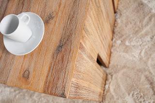 Dřevený stolek z masívu.