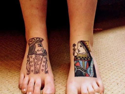 Estes contrastantes de pé de tatuagens