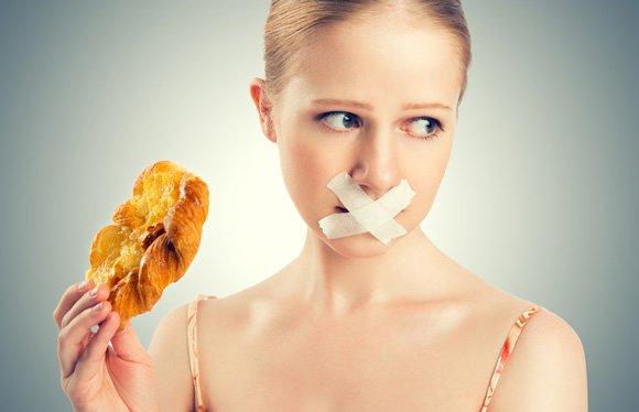 Réduire l'apport en glucides, en particulier les glucides raffinés et les sucres