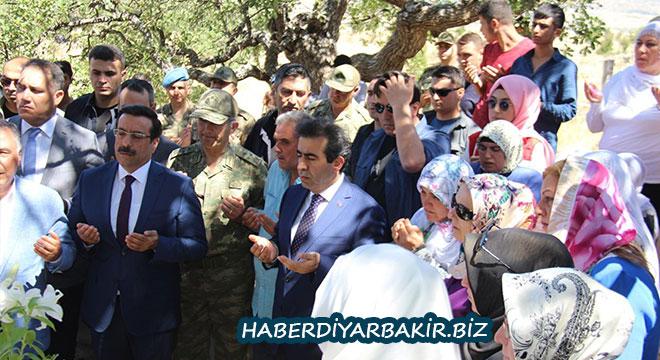 Diyarbakır Valisi Güzeloğlu 15 Temmuz'da katledilenlerin kabrini ziyaret etti