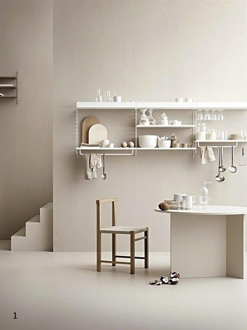 Küche in warmen Beigeton gestrichen und mit leichten Möbel eingerichtet