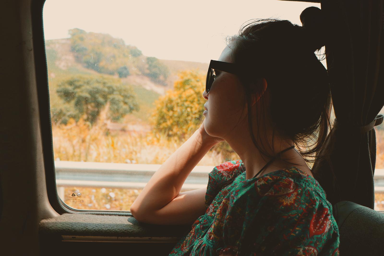 olhando a janela do carro