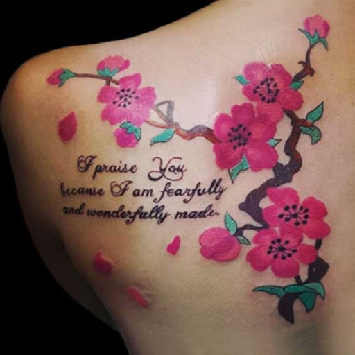 Maravilhoso olhando a flor de cerejeira tatuagem no ombro com aspas. A flor de cerejeira desenhos também são uma ótima maneira para o quadro de citações, letras e palavras sobre a tatuagem e eles trabalham muito bem uns com os outros. (Foto: Fontes de imagem)