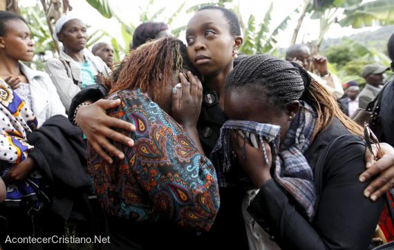 Mujeres de Kenia lloran la muerte de familiares por islamistas