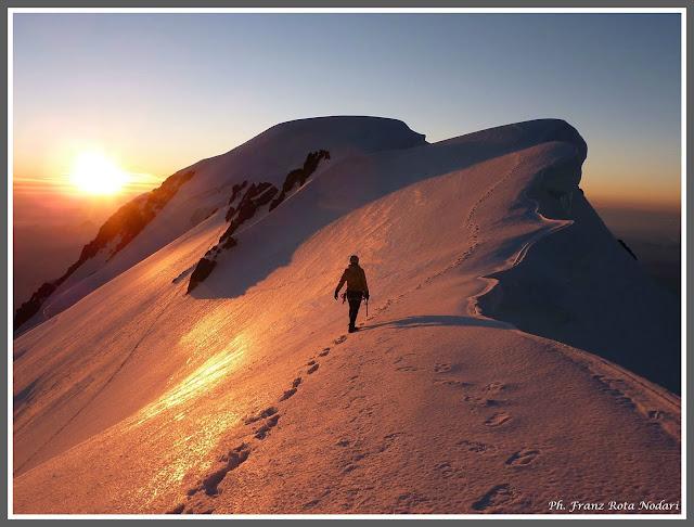 Verso la vetta del Mont Blanc de Courmayeur, 4748m, anticima del Bianco, all'uscita della cresta del Brouillard