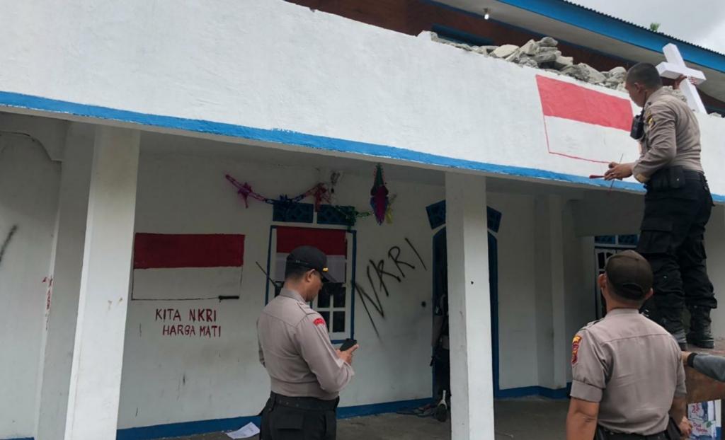 Tni Polri Kibarkan Bendera Merah Putih Di Markas Knpb Cenderawasih