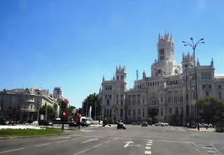 Vista parcial de la Plaza de la Cibeles. A la derecha el Palacio de Comunicaciones, sede del Ayuntamiento. A la izquierda el Palacio de Linares, sede de la Casa de América.