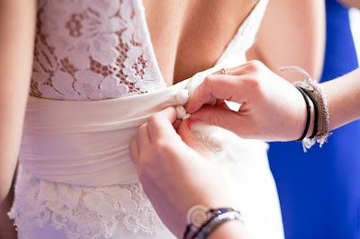 Abrochando el vestido de novia