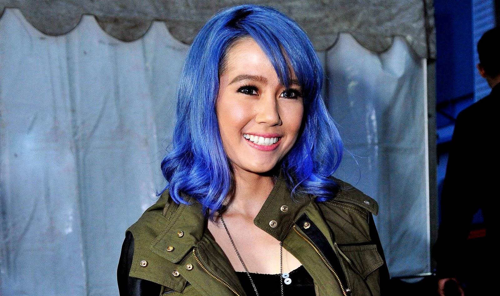 artis aneh suka pakai rambut biru hitam dan manis suka akan menikah cepat
