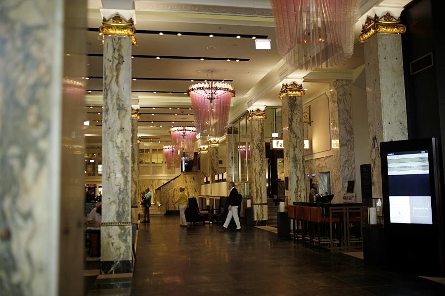 hilton lobby luxurs glamour