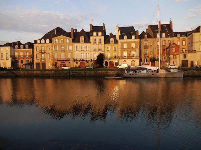 Quai Duguay-Trouin le matin au lever du soleil, la Vilaine et ses bateaux à Redon