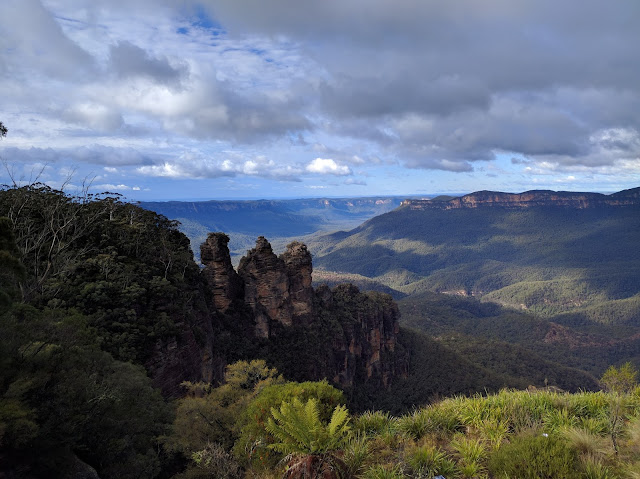 Blue mountains and three sisters