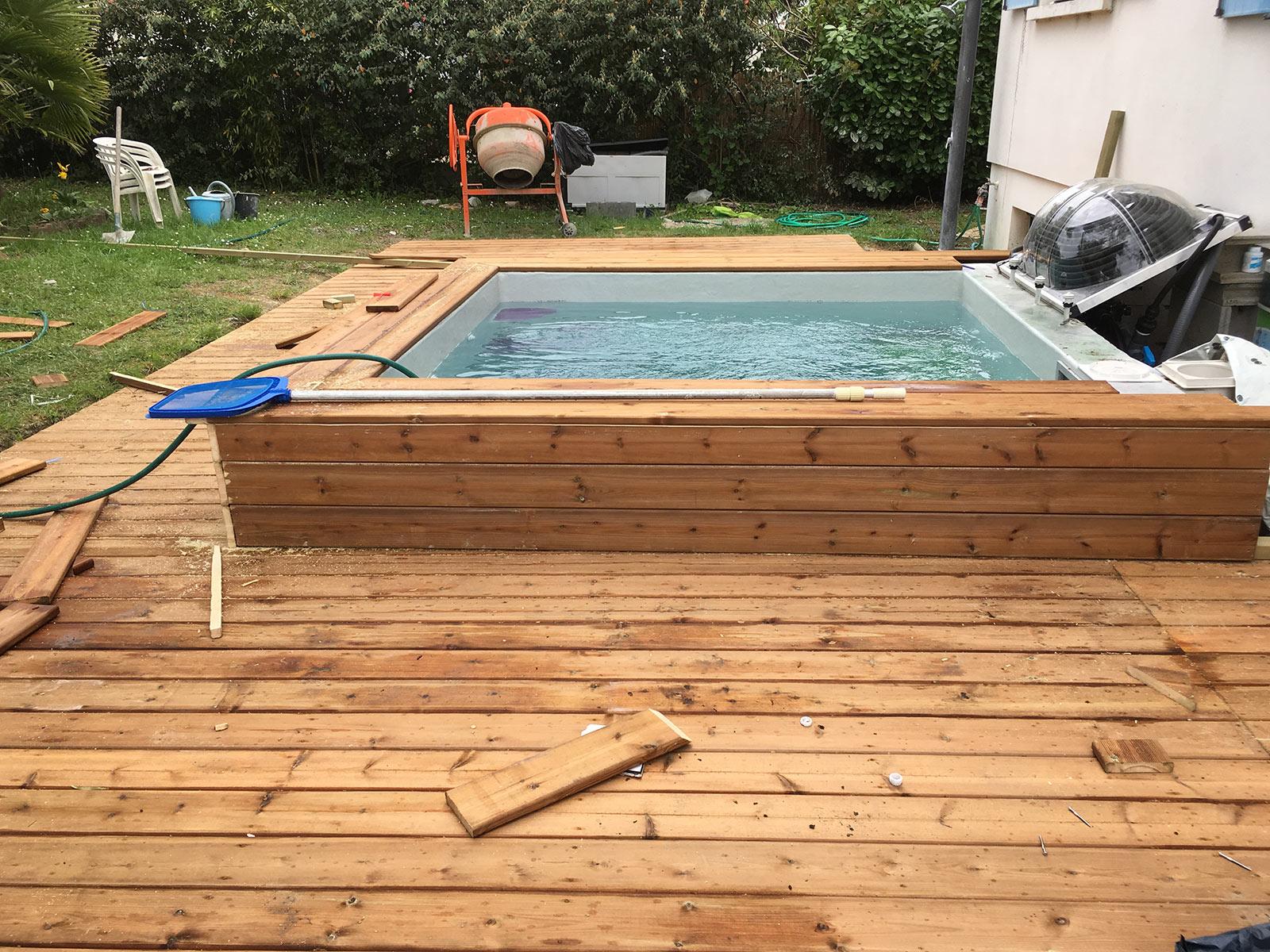 Construction d 39 une petite piscine en b ton quip e spa for Petite piscine beton