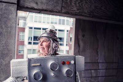 Une femme déguisée en robot qui se demande ce que sont les affaires électroniques.