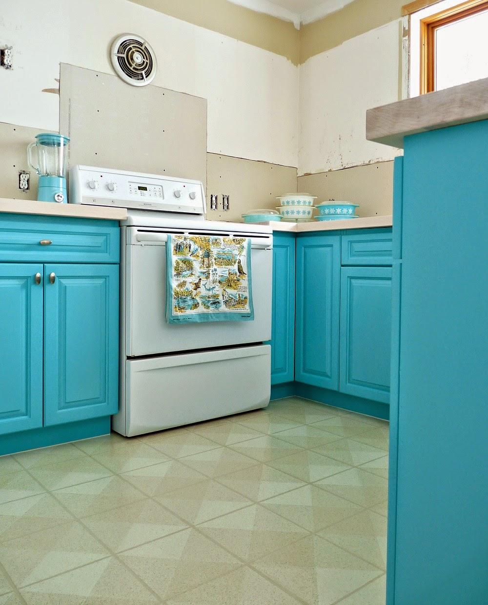 turquoise painted kitchen cabinets kitchen progress turquoise cabinets check dans le 27334