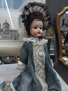 antigua muñeca en el desembalaje de antiguedades de bilbao