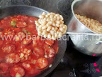 Mancare de fasole cu carnati preparare reteta - adaugam boabele fierte si scurse de apa