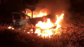 População incendeia carro após agricultor morrer em acidente