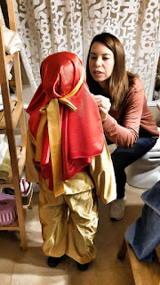 La maestra-Deji retocando el maquillaje de la pequeña Leia, disfrazada de paje para la cabalgata de Reyes.
