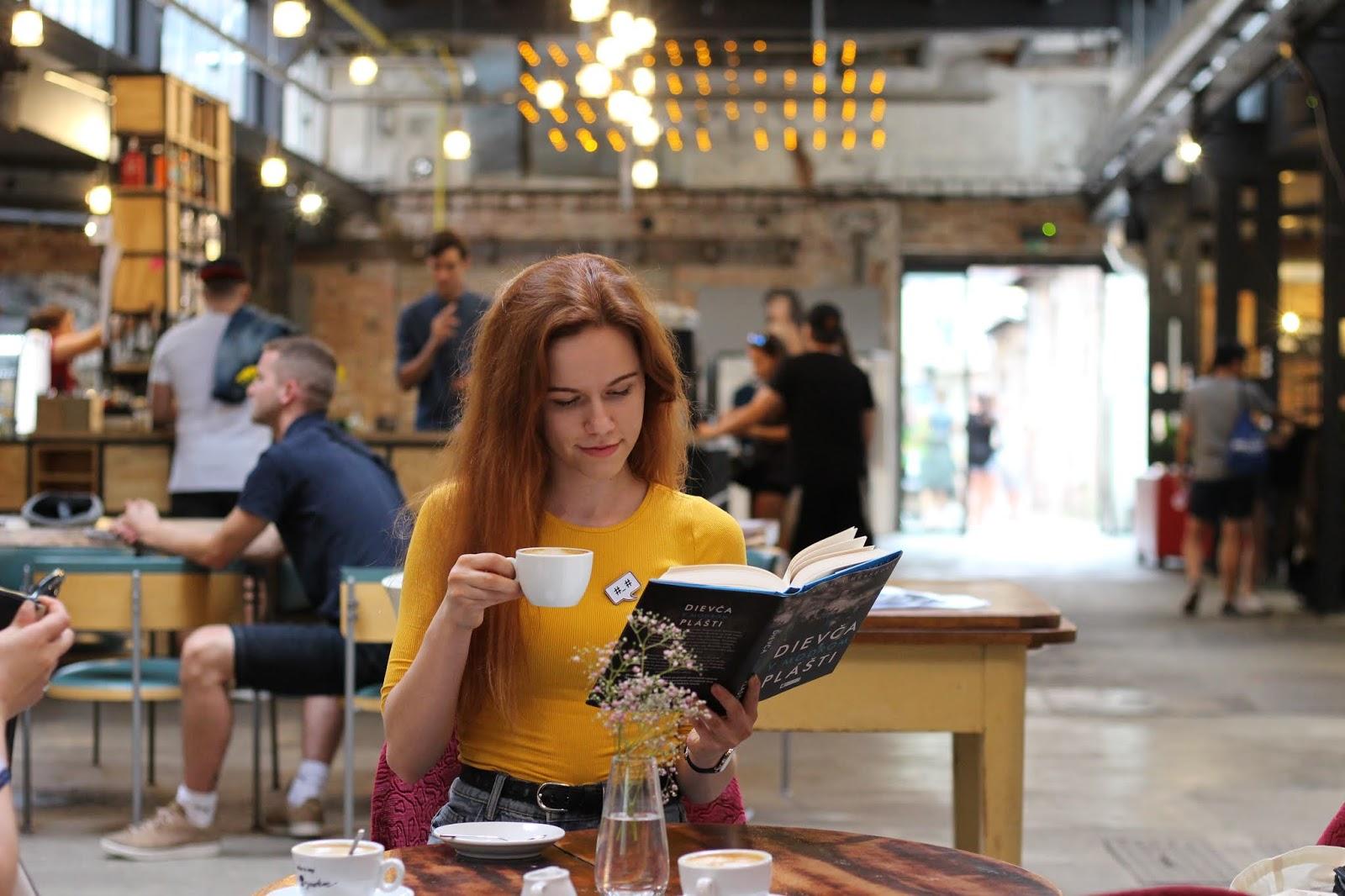 5 dôvodov prečo si prečítať Dievča v modrom plášti (Monica Hesse)