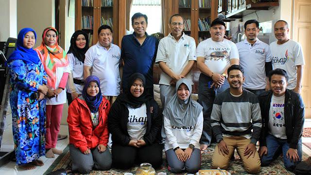 Foto bersama HA IPB Priatim di kediaman H. Budi Utarma sebelum hiking.