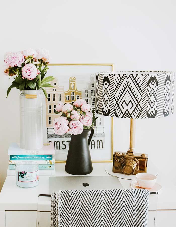 Vela em potinho de vidro simples na decoração do escritório, para ajudar a relaxar um pouco