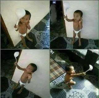 Anak Kecil Selfie dengan Centong Punya Ibunya