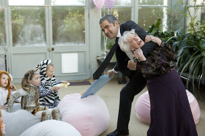 Johnny English atacando a la Reina