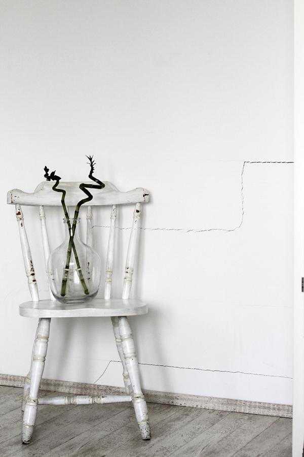 Wanddekoration mit IXXIdesign, originelle Bilder zum Selbergestalten, Schlafzimmer einrichten mit stylischen Fotos für die Wand, Traumfänger, alter Stuhl geweißt mit durchsichtiger Vase und Bambus