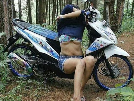 Foto Hot Cewek ABG Pose Mau Buka Baju di Depan Motor