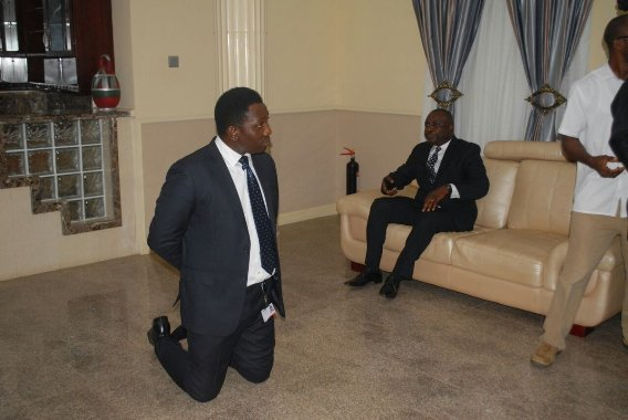 See how Zenith Bank staff kneels before Gov. Ayo Fayose
