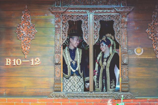 Foto venue atau lokasi pengantin sedang berfoto di balik jendela rumah antik