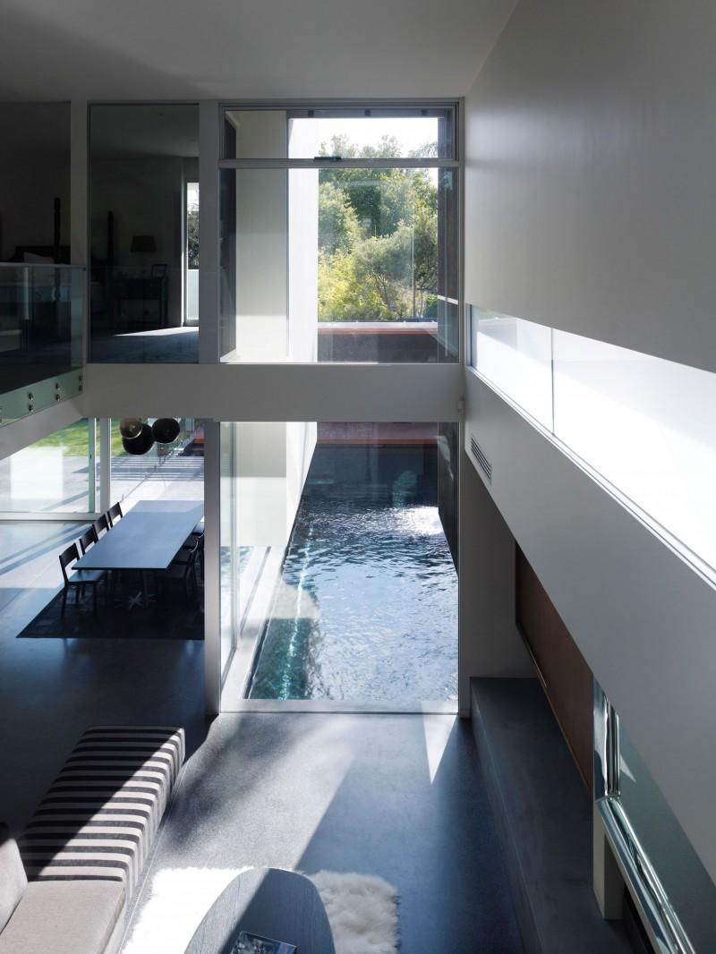Hogares frescos casa moderna de dos pisos con piscina externa for Casa moderna orari