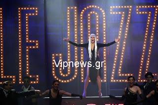 Η Εβελίνα Παπούλια στη σκηνή τραγουδάει