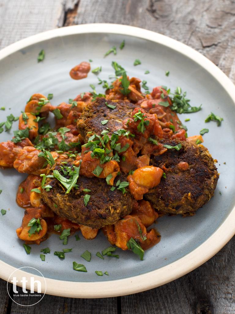 Kotleciki z zielonej soczewicy i warzyw w sosie pomidorowym z pieczarkami - przepis weganski, bezglutenowy