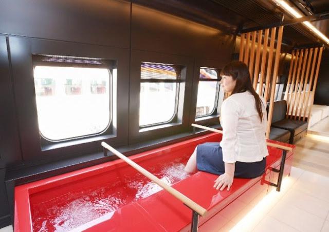 Footbaths nos trens também são outra prova do avanço tecnológico nesse país. O cheiro não deve ser muito agradável com tantos pés!