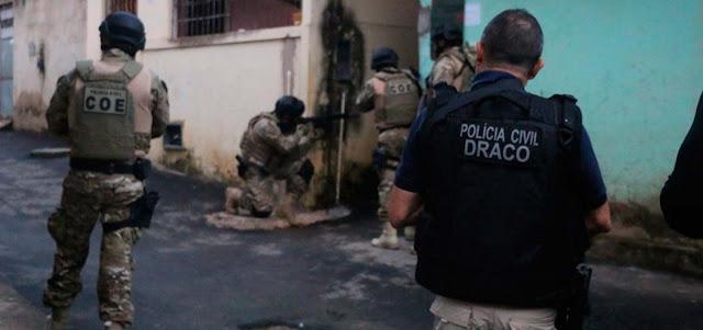 Polícia deflagra operação de combate à distribuição de drogas e armas em Salvador