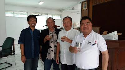 Minum kopi bersama di rapat anggota pertama Koperasi Sikap Mandiri.