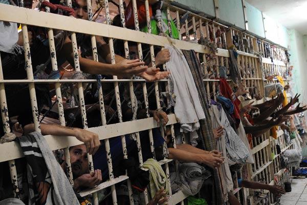 As matanças neste início de ano nas prisões do Norte do país, com chacinas em unidades do Amazonas, Roraima e do Rio Grande do Norte, motivadas por disputas entre facções criminosas que deixaram mais de cem mortos, levantaram críticas e suspeitas sobre a atuação da iniciativa privada nos presídios. Palco de 56 mortes, o Complexo Penitenciário Anísio Jobim (Compaj), em Manaus, é um dos 34 presídios administrados no país pelo modelo de cogestão, segundo dados do Ministério da Justiça. Nesse formato, o Estado mantém a custódia e garantia do cumprimento da pena estabelecida ao preso, mas transfere ao setor privado todas as outras responsabilidades
