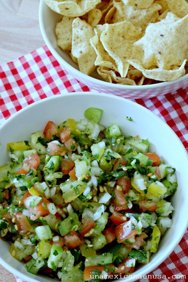 Salsa Pico de gallo servida en un recipiente y acompañada de tortilla chips.