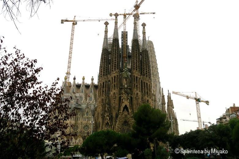 ガウディ設計したサグラダファミリア教会をガウディ広場からSagrada Família, Barcelona