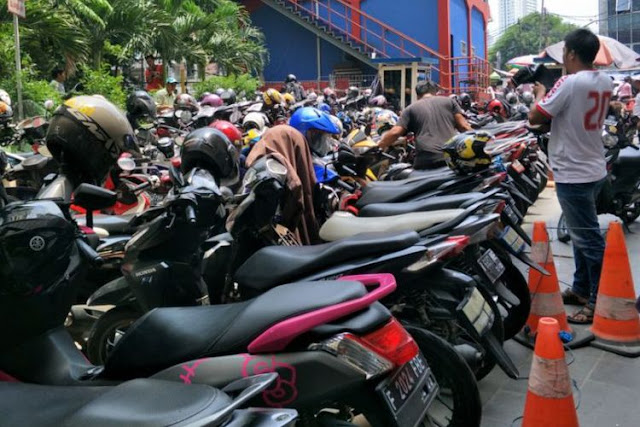 Tarif parkir yang diberlakukan di tempat Pasar Tanah Abang terbilang unik Berita Terhangat Di Tanah Abang, Sekali Parkir Sepeda Motor Bayar Tiga Kali