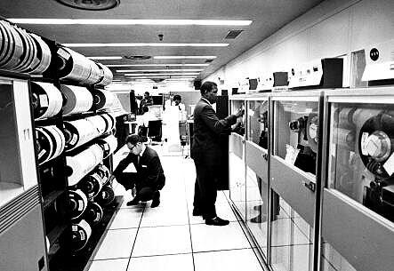 Sala de computadores y almacenamiento en cinta magnética de los años 70