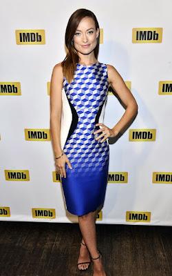Oldukça ince ve zayıf gösteren sıradışı mavi bir elbise