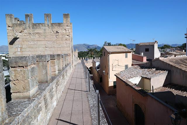 Spaziergang auf der alten Stadtmauer von Alcúdia