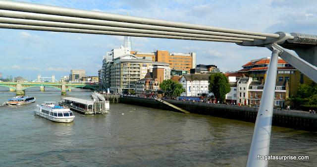 O Teatro Globe de Londres visto da Millenium Bridge
