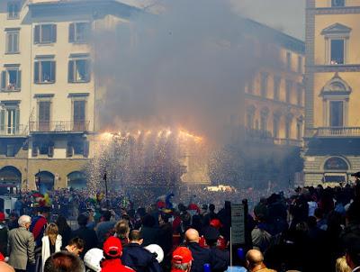 Durante questa festa, il popolo di Firenze distribuisce il fuoco sacro alla popolazione attraverso un carro carico di fuochi, detto Brindellone