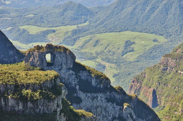 Pedra Furada vista do Morro da Igreja
