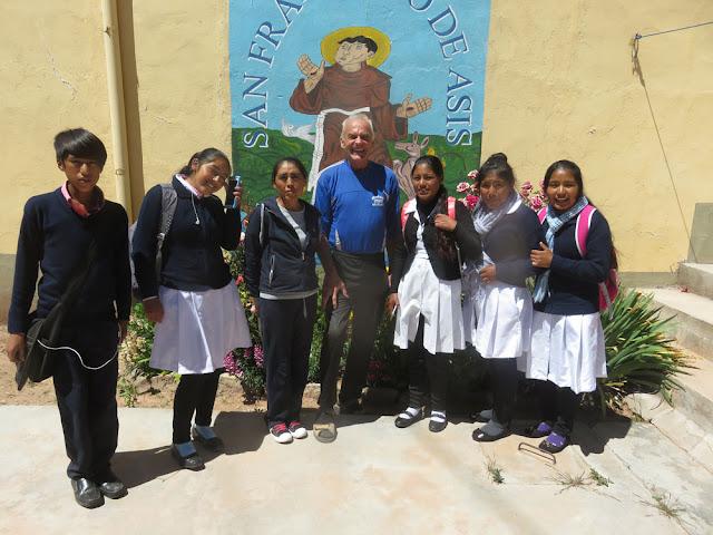 Die Pre-Prom des Colegio zu Besuch beim Padre, ein schöner Pfarrgarten lädt eben ein und wirkt kommunikativ
