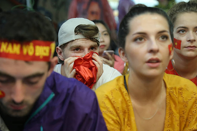 Photo: Foreign tourists also sad when Vietnam loses Korea 3